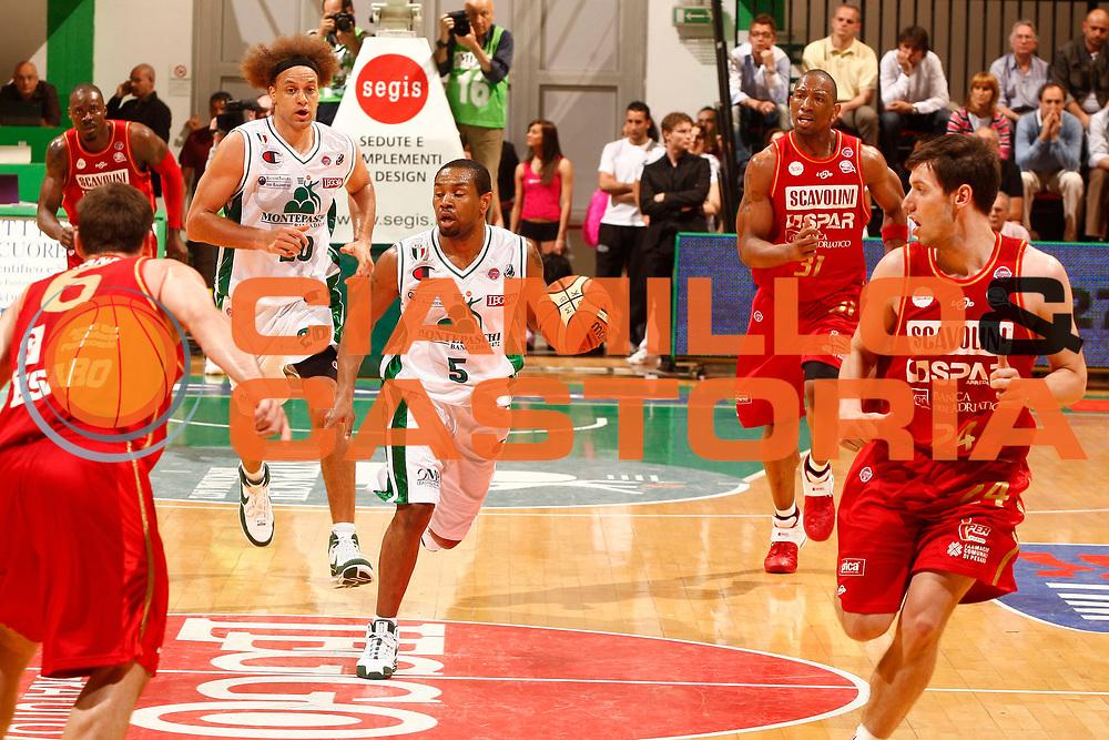 DESCRIZIONE : Siena Lega A 2008-09 Playoff Quarti di finale Gara 1 Montepaschi Siena Scavolini Spar Pesaro <br /> GIOCATORE : Terrell Mc Intyre<br /> SQUADRA : Montepaschi Siena<br /> EVENTO : Campionato Lega A 2008-2009 <br /> GARA : Montepaschi Siena Scavolini Spar Pesaro<br /> DATA : 19/05/2009<br /> CATEGORIA : palleggio<br /> SPORT : Pallacanestro <br /> AUTORE : Agenzia Ciamillo-Castoria/P.Lazzeroni