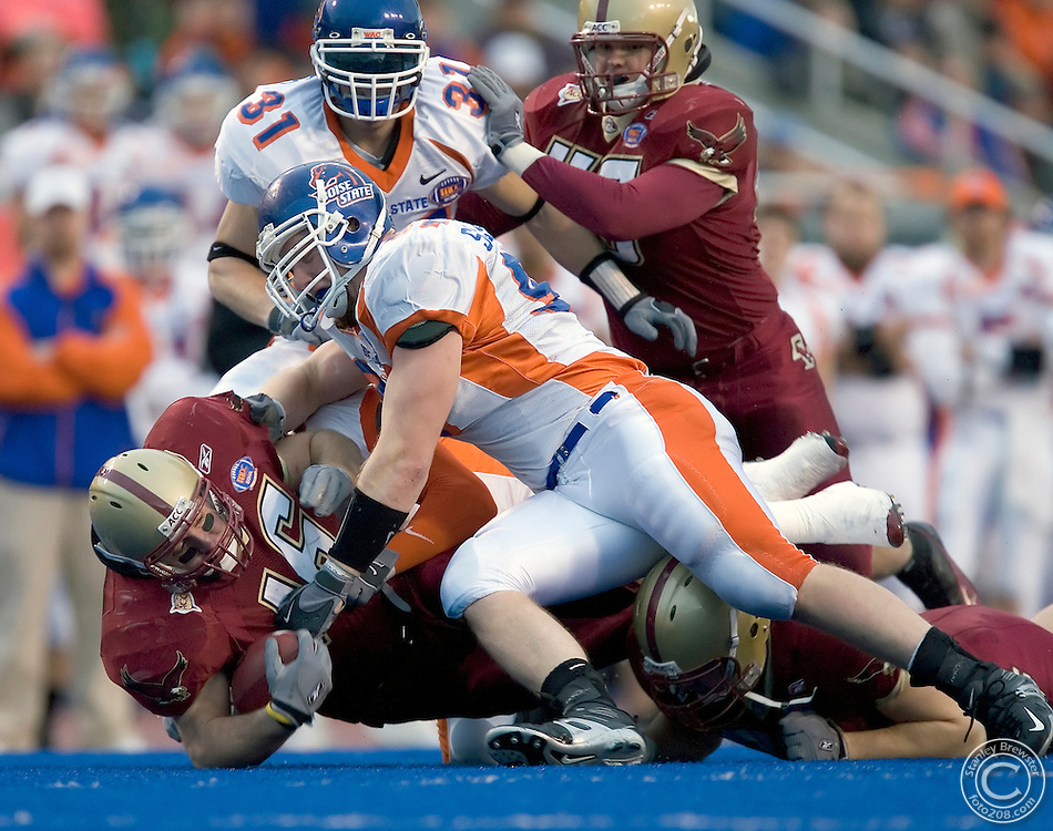 12-28-05-Boise ID. Boise State vs. Boston College in the 2005 MPC Computers Bowl in Bronco Stadium. Brian Toal (16) of BC takes a Matt Ryan pass 6 yard for a BC first down. The Eagles beat the Broncos 27-21.