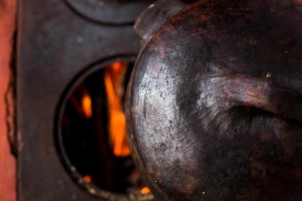 Belo Horizonte_MG, Brasil.<br /> <br /> Detalhe de bule num fogao a lenha.<br /> <br /> Teapot detail on the wood stove.<br /> <br /> Foto: BRUNO MAGALHAES / NITRO