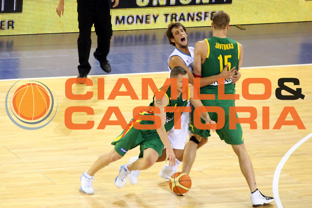 DESCRIZIONE : Madrid Spagna Spain Eurobasket Men 2007 Italia Lituania Itlay Lithuania GIOCATORE : Rimantas Kaukenas Marco Belinelli SQUADRA : Italia Italy Lituania Lithuania DATA : 2009-08-27CATEGORIA : SPORT : Pallacanestro AUTORE : AGENZIA CIAMILLO & CASTORIA/G.Ciamillo