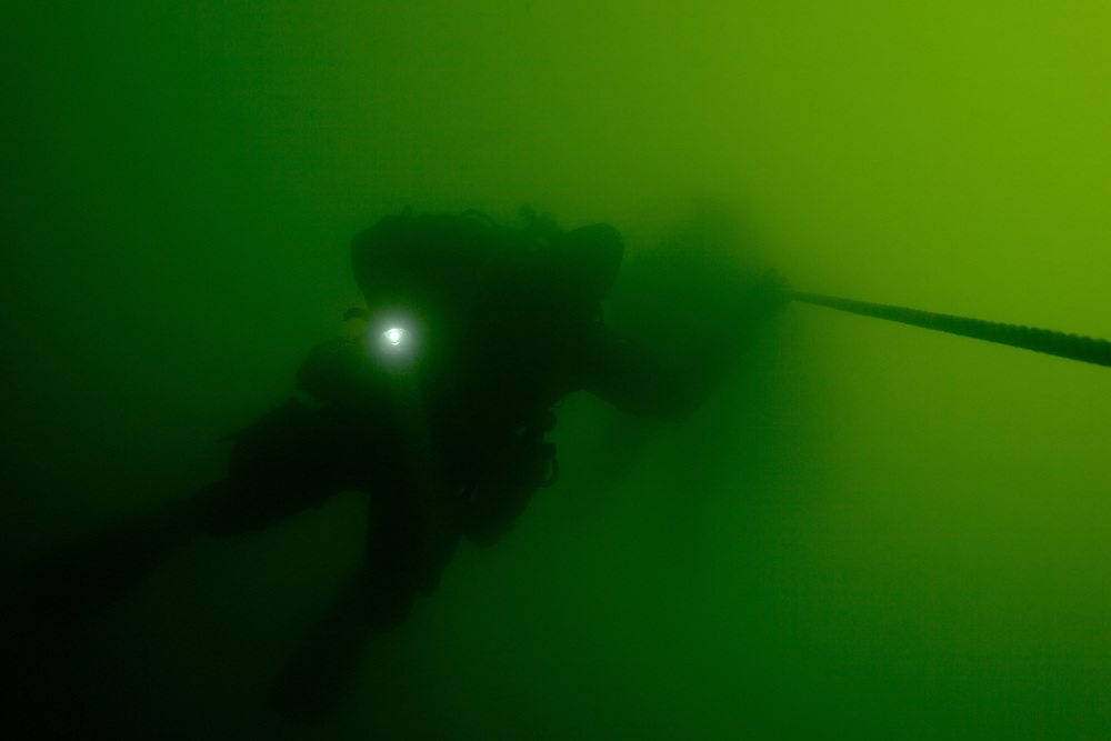Plongeur descent sur l'épave de l'Empress of Ireland. |  Diver descending on Empress of Ireland Wreck
