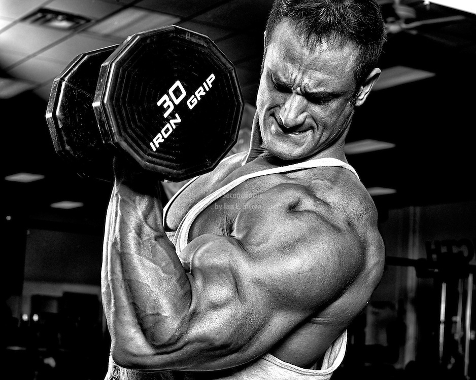 Bodybuilder Dan Decker doing a dumbbell bicep curl.