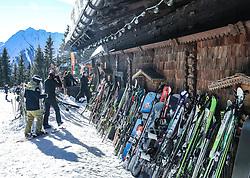 THEMENBILD - Skifahrer und an der Hüttenwand lehnende Skier und Snowboards bei Onkel Willys Hütte, aufgenommen am 6. Jänner 2018, Planai, Schladming, Österreich // skier, skis and snowboars in front of the hut Onkel Willys Hütte at the Planai, Schladming, Austria on 2018/01/06. EXPA Pictures © 2018, PhotoCredit: EXPA/ Martin Huber