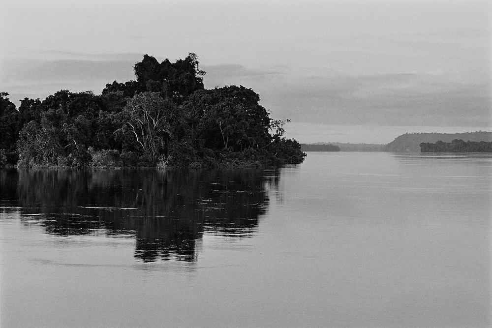 Brazil, rio Xingu, Para.<br /> La consommation electrique du Bresil se developpe et depasse la croissance de l'approvisionnement. Le gouvernement bresilien voient une solution au c&oelig;ur du bassin amazonien, source de puissance hydro&eacute;lectrique. Le Bresil acc&eacute;l&egrave;re des plans pour construire le troisi&egrave;me plus grand barrage du monde sur une courbe du fleuve de Xingu. Ce barrage augmentera la capacite hydroelectrique du pays de 15 %. Une aire de 400 km2 sera inondee. Les adversaires du projet de barrage maintiennent qu'il est economiquement inefficace, devasterait jungles, fleuves et faune, deracinerait indiens et colons, et empecherait la navigation.