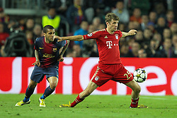 01.05.2013, Camp Nou, Barcelona, ESP, UEFA CL, FC Barcelona vs FC Bayern Muenchen, Halbfinale, Rueckspiel, im Bild Zweikampf zwischen links Daniel ALVES #2 (FC Barcelona) und Thomas MUELLER #25 (FC Bayern Muenchen), // during the UEFA Champions League 2nd Leg Semifinal Match between Barcelona FC and FC Bayern Munich at the Camp Nou, Barcelona, Spain on 2013/05/01. EXPA Pictures © 2013, PhotoCredit: EXPA/ Eibner/ Christian Kolbert..***** ATTENTION - OUT OF GER *****