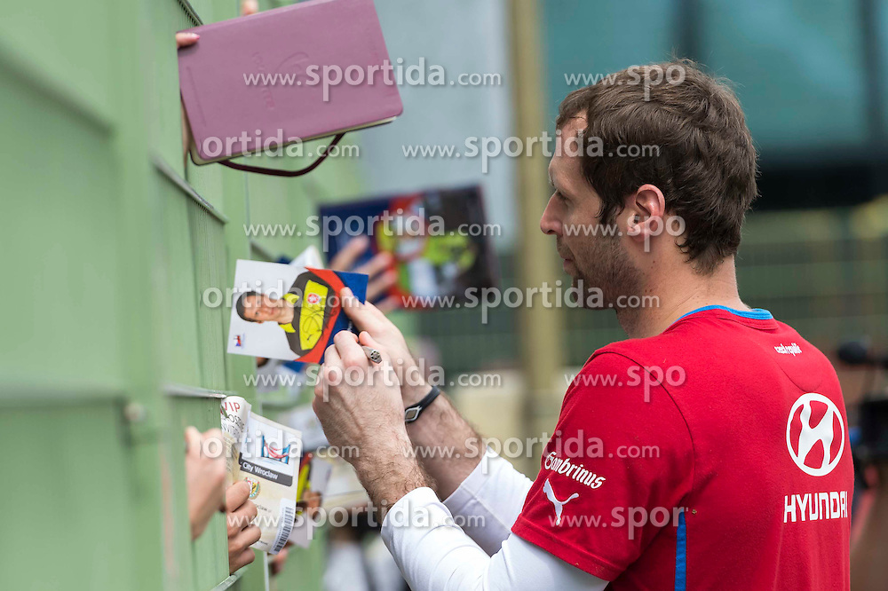 09.06.2012, Stadion Oporowski, Breslau, POL, UEFA EURO 2012, Tschechische Republik, Training, im Bild PETR CECH Czech Republic ROZDAJE AUTOGRAFY // during the during EURO 2012 Trainingssession of Czech Nationalteam, at the stadium Oporowski, Breslau, Poland on 2012/06/09. EXPA Pictures © 2012, PhotoCredit: EXPA/ Newspix/ Sebastian Borowski..***** ATTENTION - for AUT, SLO, CRO, SRB, SUI and SWE only *****