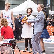 NLD/Amersfoort/20190427 - Koningsdag Amersfoort 2019, Prins Pieter-Christiaan aan het basketballen met Prins Bernhard en Prinses Annette
