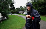 Foto: Gerrit de Heus. Leidschendam. 04/07/05. Camping Vlietland. Dick-Jan Zijda heeft zijn huis verkocht en moet 2 maanden wachten tot hij in zijn nieuwe huis kan, die tijd moet hij noodgedwongen op de camping doorbrengen, op de eerste dag zit het weer al niet mee en tot overmaat van ramp, mag hij van zijn vriendin niet roken in de tent.