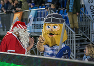 FODBOLD: Julemanden møder Holger Danske før kampen i ALKA Superligaen mellem FC Helsingør og Lyngby Boldklub den 9. december 2017 på Helsingør Stadion. Foto: Claus Birch