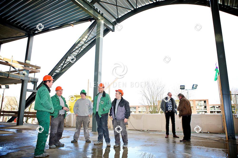 ZALTBOMMEL - Het nieuwe Cambium schoolgebouw aan de Courtine heeft zijn hoogste punt bereikt. FOTO LEVIN DEN BOER - PERSFOTO.NU