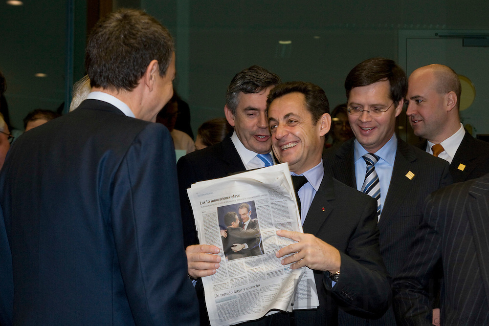 BRUSSELS - BELGIUM - 14 DECEMBER 2007 -- EU SUMMIT -- Nicolas SARKOZY, The French President, are having a laugh with the Spanish Prime Minister Jose Luis Rodriguez ZAPATERO (Le) about a picture of them in the spanish newspaper El Pais. Behind him from left Gordon BROWN, British Prime Minister, Jan Peter BALKENENDE, Dutch Prime Minister, and their Swedish counterpart Fredrik REINFELDT.  Photo: Erik Luntang