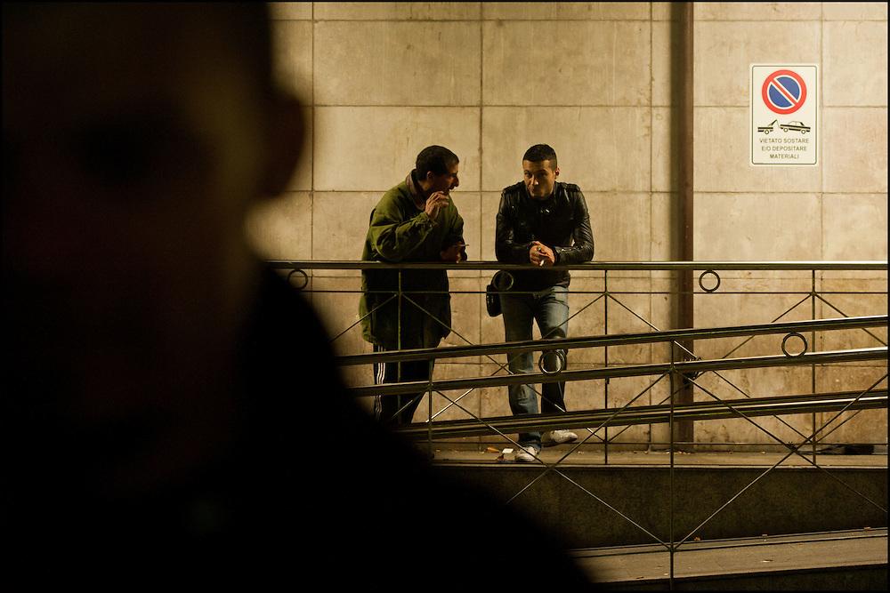 Un passeur Francais et un refugie Tunisien discute a propos d'un eventuel passage en France, les prix varient selon les passeurs mais avoisinnent generalement les 300euros par refugie. Le 23 Avril 2011 © Benjamin Girette/IP3 press