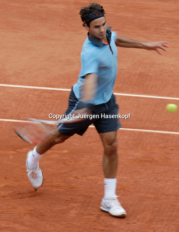 French Open 2009, Roland Garros, Paris, Frankreich,Sport, Tennis, ITF Grand Slam Tournament, <br /> <br />  Roger Federer (SUI)  spielt eine Vorhand,forehand,action,Ball,<br /> Mitzieher,Bewegungsunschaerfe<br /> <br /> <br /> <br /> Foto: Juergen Hasenkopf