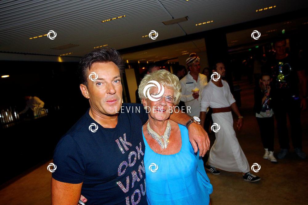 AMSTERDAM - Na het concert van De Toppers is er de welbekende VIP PARTY voor alle bekende Nederlanders. Met hier op de foto  Gerard Joling met zijn moeder Jannie. FOTO LEVIN DEN BOER - PERSFOTO.NU