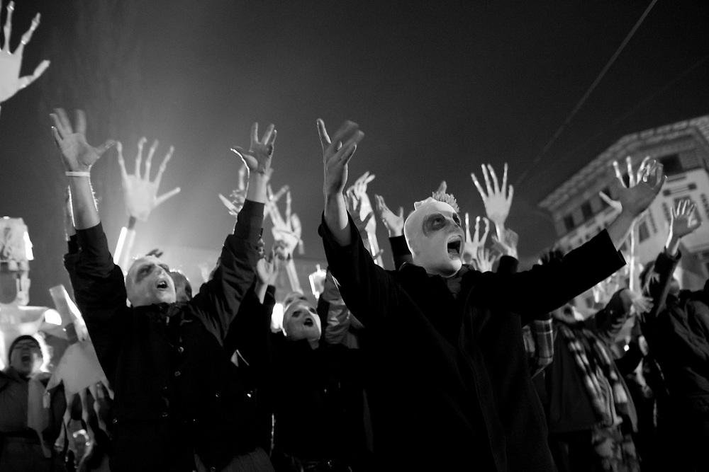 11.1.2012, druga vseslovenska vstaja, kjer so ljudje zahtevali odstop politicne elite, bila je predvsem v znamenju zombijev, ki zelijo vrniti ukradeno drzavo. Poleg raznoraznih mask, ki so jih ljudje nosili in glasnega vzklikanja ob nastopih raznih govorcev, so nastopile tudi glasbene skupine in solisti, ki so popestrili celotno dogajanje. Ljubljana, Presernov trg, Trg republike, foto: IFP
