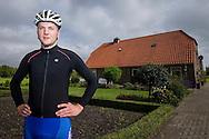 OVERBERG, portret schaatser Martin van de Pol, die werkt aan zijn revalidatie, stapt voor het eerst weer op de fiets na zijn levensgevaarlijke ongeluk tijdens het marathon schaatsen bijna een jaar geleden, 06-10-2015, Overberg.