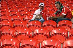 Torcedores colorados choram apos derrota na partida entre as equipes do S. C. Internacional do Brasil e Mazembe da Africa no Mohammed Bin Zayed Stadium. O Internacional participa de 8 a 18 de dezembro do Mundial de Clubes da FIFA, em Abu Dhabi. FOTO: Jefferson Bernardes/Preview.com