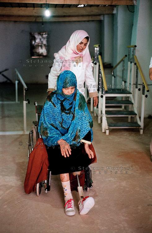 """14 Gennaio 2010.Centre orthopedique """"Martyr Chèrieif""""  a Rabuni gestito dal Comitato Internazionale della Croce Rossa (CICR) per la  costruzione delle protesi  e la riabilitazione delle persone che perdono gli arti a causa  delle mine.   Fisioterapista saharawi, assiste  una donna saharawi, che a perso una gamba nel 2006 per lo scoppio di una mina, a camminare con la protesi..http://www.icrc.org/web/eng/siteeng0.nsf/htmlall/tunis-interview-140508?opendocument.January 14, 2010.Center orthopédique """"Martyr Chèrieif"""" in Rabun managed by the International Committee of the Red Cross (ICRC), for the construction of prostheses and  rehabilitation of people who lose limbs because of landmines. A  physiotherapist Sahrawi, help a woman, who lost a leg in 2006 to the outbreak of a mine, to walk with the prosthesis.http://www.icrc.org/web/eng/siteeng0.nsf/htmlall/tunis-interview-140508?opendocument."""