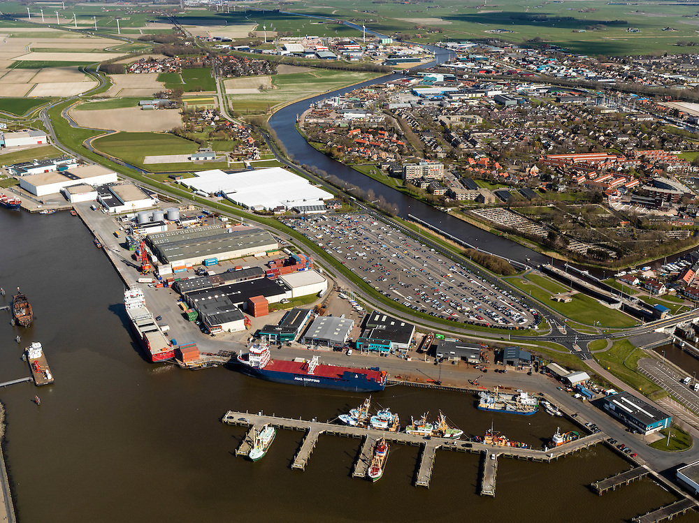 Nederland, Friesland, Harlingen, 16-04-2012; zicht op de Vissershaven en parkeerterrein voor passagiers van de veerboten op Terschelling.Fishing port of Harlingen and the parking of the passengers for the ferry.  luchtfoto (toeslag), aerial photo (additional fee required);.copyright foto/photo Siebe Swart