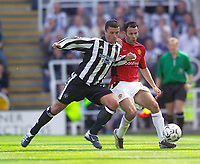 Fotball<br /> Premier League England 2003/2004<br /> Newcastle v Manchester United 23.08.2003<br /> Norway Only<br /> Foto: Digitalsport<br /> <br /> Photo. Jed Wee<br /> Newcastle United v Manchester United, FA Barclaycard Premiership, St. James' Park, Newcastle. 23/08/2003.<br /> Newcastle's Gary Speed (L) tries to shoulder charge Man Utd's Ryan Giggs off the ball.