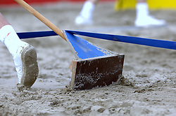 20-08-2006 VOLLEYBAL: NK BEACHVOLLEYBAL: SCHEVENINGEN<br /> De lijnen moeten weer goed zichtbaar zijn, beach item<br /> ©2006-WWW.FOTOHOOGENDOORN.NL