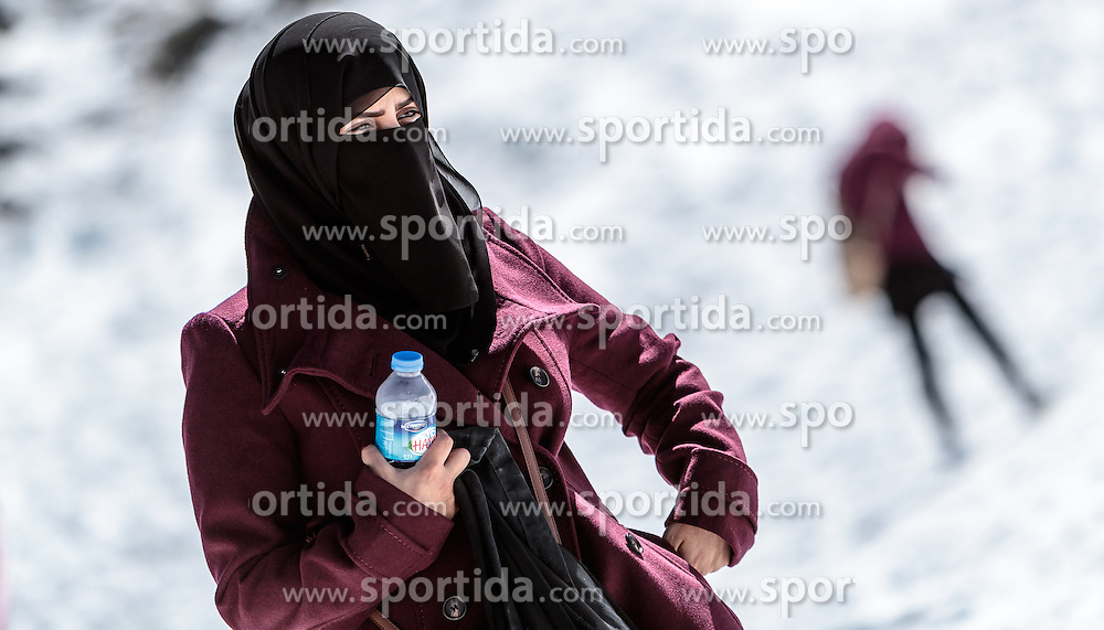 THEMENBILD - eine Frau in traditionellem Burka Gewand am Gletscher Plateau. Jedes Jahr besuchen mehrere Tausend Gäste aus dem arabischen Raum die Urlaubsregion im Salzburger Pinzgau, aufgenommen am 08. August 2016 in Zell am See, Österreich // a woman in a traditional burqa robe on the glacier plateau. Every year thousands of guests from Arab countries takes their holiday in Zell am See - Kaprun Region, Zell am See, Austria on 2016/08/08. EXPA Pictures © 2016, PhotoCredit: EXPA/ JFK