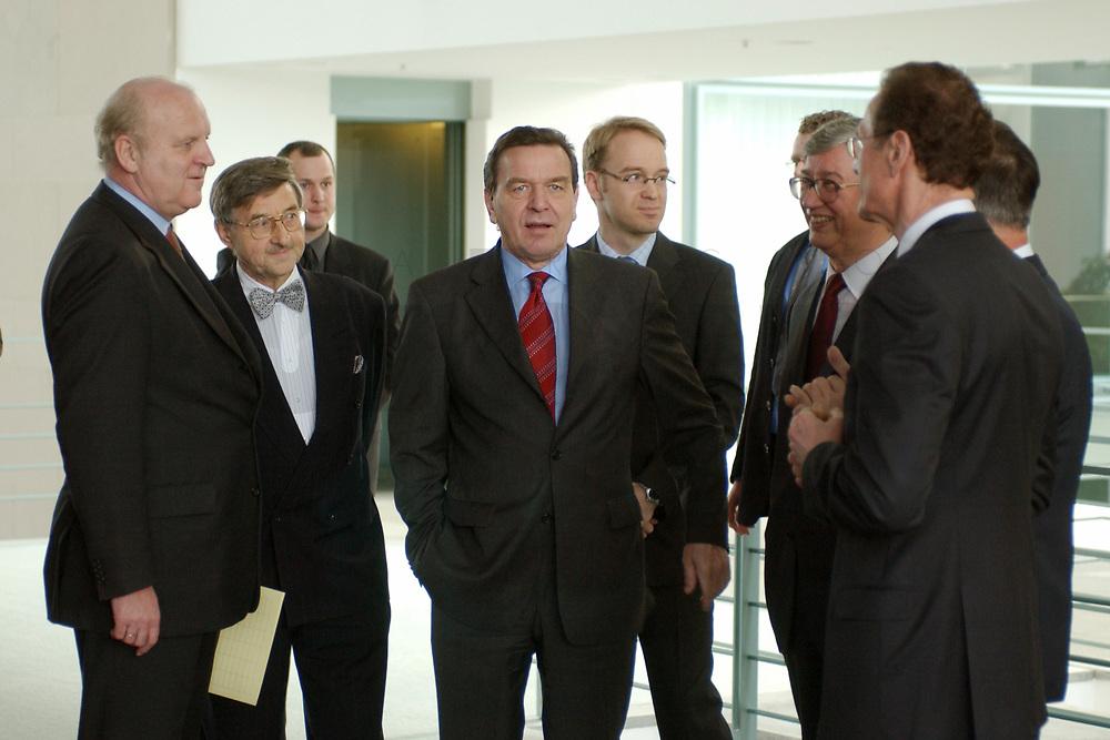 13 NOV 2002, BERLIN/GERMANY:<br /> Dr. Bernd Pfaffenbach, Abteilungsleiter 4 (Wirtschafts- und Finanzpolitik) im Kanzleramt, Prof. Dr. Horst Siebert, Mitgl. d. Sachverstaendigenrates, Gerhard Schroeder, SPD, Bundeskanzler, Dr. Jens Weidmann, Generalsekretaer d. Sachverstaendigenrates, Prof. Dr. Juergen Kromphardt, Mitgl. d. Sachverstaendigenrates, Prof. Dr. Bert Ruerup (Ruecken), Mitgl. d. Sachverstaendigenrates, Hans Eichel (verdeckt), SPD, Bundesfinanzminister, (v.L.n.R.), im Gespraech, vor der Uebergabe des Jahresgutachtens 2002/2003 &quot;Zwanzig Punkte fuer Beschaeftigung und Wachstum&quot; vom Sachverstaendigenrat zur Begutachtung der gesamtwitschaftlichen Entwicklung an den Bundeskanzler, Bundeskanzleramt<br /> IMAGE: 20021113-02-001<br /> KEYWORDS: Sachverst&auml;ndigenrat, Gerhard Schr&ouml;der, Bert R&uuml;rup, &Uuml;bergabe, Wirtschaftswissenschaftler, Gespr&auml;ch