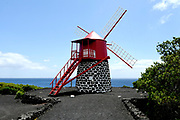 Pico is een van de vulkaaneilanden van de Azoren. Het is het op een na grootste eiland van de archipel. <br /> <br /> Pico is one of the volcanic islands of the Azores. It is the second largest island of the archipelago.<br /> <br /> Op de foto / On the photo:  Windmill at Terra do Pao pico