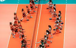 29-05-2019 NED: Volleyball Nations League Netherlands - Bulgaria, Apeldoorn<br /> Team Netherlands against Bulgaria foe the handshake
