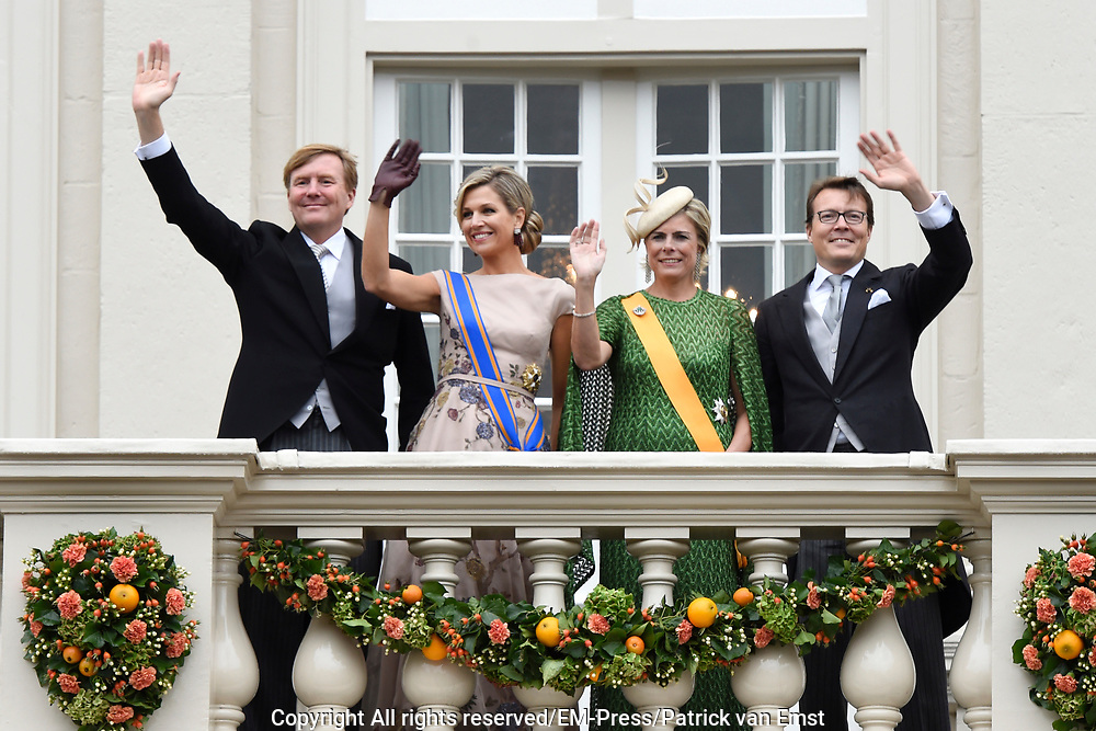 Prinsjesdag - Koninklijke familie op balkon Pakeis Noordeinde ////  Budget Day - Royal family on balcony of Palace  Noordeinde.<br /> <br /> Op de foto / On the photo: Koning Willem-Alexander, koningin Maxima, prinses Laurentien en prins Constantijn  // King Willem-Alexander, Queen Maxima, Princess Laurentien and Prince Constantijn