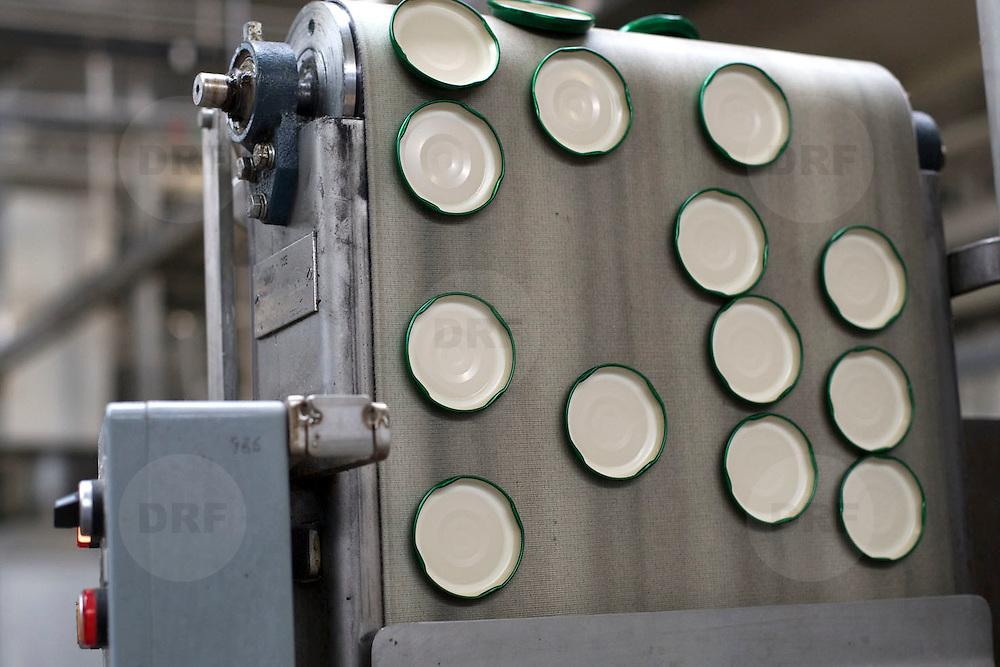 Nederland Giessen 26 augustus 2009 20090826 ..Serie over levensmiddelensector                                                                                      .HAK fabriek, automatisering, deksels op magnetische band worden in grote aantallen aangevoerd en vervolgens geplaats op de potjes...Foto: David Rozing