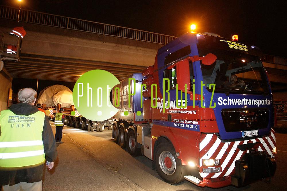 Mannheim. Schwertransport einer ABB Turbine. Mit 18 Achsen wird eine Turbine von K&permil;fertal in den Hafen Transportiert. Das Spezialunternehmen Wagner aus Bad D&cedil;rkheim transportiert das Gespann durch die Stadt.<br /> <br /> Bild: Markus Proflwitz / masterpress /   *** Local Caption *** masterpress Mannheim - Pressefotoagentur<br /> Markus Proflwitz<br /> C8, 12-13<br /> 68159 MANNHEIM<br /> +49 621 33 93 93 60<br /> info@masterpress.org<br /> Dresdner Bank<br /> BLZ 67080050 / KTO 0650687000<br /> DE221362249
