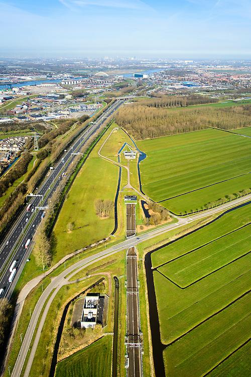 Nederland, Zuid-Holland, Papendrecht, 01-04-2016; Betuweroute, oostelijke ingang Sophiaspoortunnel. Links autosnelweg A15, foto richting Hendrik-Ido_Ambacht met rivier de Noord.<br /> Betuweroute freight railway, eastern entrance Sophia rail tunnel.