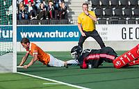 AMSTELVEEN - Roel Bovendeert (Bldaal) scoort   tijdens de oefenwedstrijd tussen Amsterdam en Bloemendaal heren.  rechts keeper Jan de Wijkerslooth(Adam)  en scheidsrechter Coen van Bunge.  COPYRIGHT  KOEN SUYK