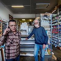 Nederland, Amsterdam, 18 april 2017.<br />Irmen Beers en Jan Best van Levant Kunstenaarsbenodigheden aan de Levantkade.<br /><br /><br /><br />Foto: Jean-Pierre Jans