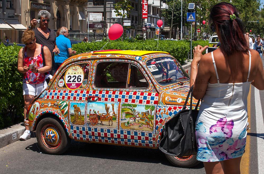 """XXVI edizione del """"Giro di Sicilia"""": FIAT 500 in stile carretto siciliano dipinta dall'artista Roberto Caputo."""