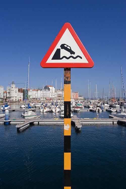 Señal de tráfico en la Dársena de La Coruña.