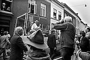 Nederland, Den Bosch, 1985..De op 2 -3-2005 overleden Paus Johannes Paulus tijdens zijn bezoek aan Den Bosch. Rijtoer door de stad in de pausmobiel. Publiek, toeschouwers. Pausbezoek, bezoek...Foto: Flip Franssen/Hollandse Hoogte
