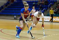 ROTTERDAM - SCHC speelster Claire Verhage met Lieke van Wijk (r) van MOP. Halve finale tussen de vrouwen van MOP en SCHC Landskampioenschap zaalhockey hoofdklasse hockey. FOTO KOEN SUYK