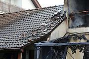 Mannheim. 23.02.17   BILD- ID 041  <br /> Schönau. Brand im Mehrfamilienhaus. Bei dem Brand in einem Vierfamilienhaus am Donnerstagnachmittag auf der Schönau ist ein geschätzter Schaden von rund 300 000 Euro entstanden. Das Feuer war im ersten Obergeschoss ausgebrochen und hatte auf das Dachgeschoss übergegriffen, teilte die Polizei mit. Die Bewohner konnten das Haus im Ludwig-Neischwander-Weg rechtzeitig verlassen. Verletzt wurde bei dem Brand niemand. Die Feuerwehr brachte den Brand unter Kontrolle. Die Brandursache ist noch nicht bekannt.<br /> Bild: Markus Prosswitz 23FEB17 / masterpress (Bild ist honorarpflichtig - No Model Release!)