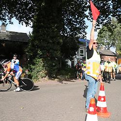 29-09-2016: Wielrennen: Olympia Tour: Elten<br /> ELTEN (DLD) wielrennen<br /> Een individuele tijdrit met start in Kasteel  's Heerenberg en finish op de Elterberg. Op het keerpunt renner met signaleur