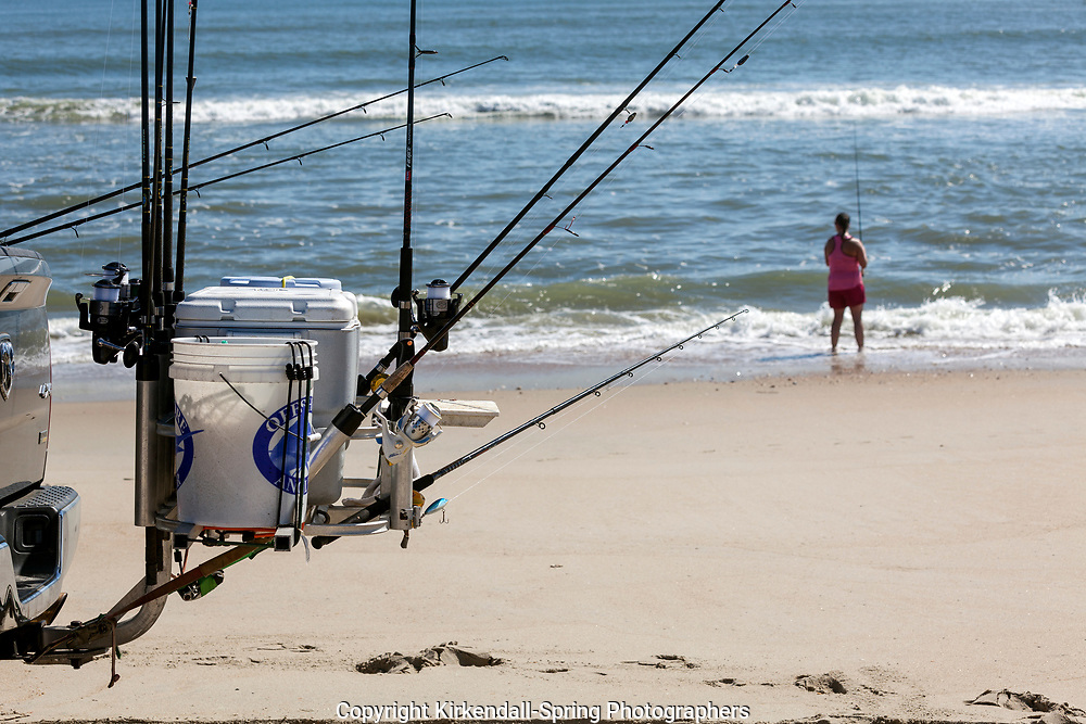 NC00752-00...NORTH CAROLINA - Fishing the Atlantic Ocean in Cape Hatteras National Seashore.