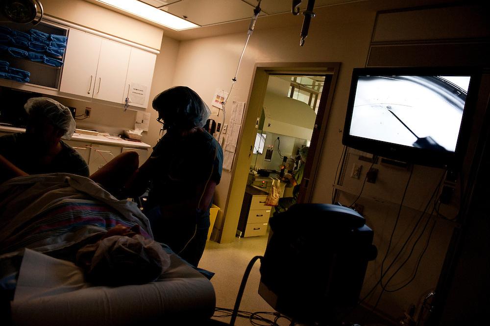 Dr Michael Dahan effectue la ponction ovarienne. Celle-ci doit se faire dans l'obscurité pour protéger les ovules.