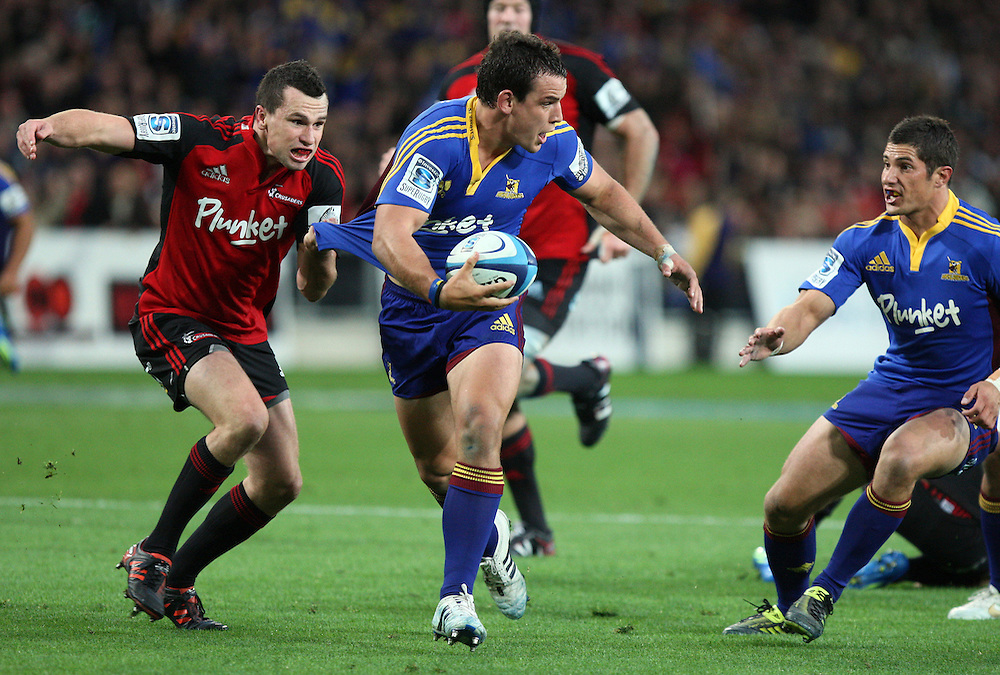 Highlander's John Hardie, centre, looks to pass the ball to Phil Burleigh against the Crusaders in the Super 15 rugby match at Forsyth Barr Stadium, Dunedin, New Zealand, Saturday, March 03, 2012. Credit:SNPA / Dianne Manson