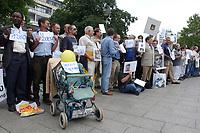 14 JUL 2001, BERLIN/GERMANY:<br /> Eltern, meist Vaeter, demonstrieren gegen die Trennung von ihren Kindern (i.d.R. durch Scheidung von einem auslaendischen Partner), viele haben Bilder ihrer Kinder und  einen Zettel mit der Anzahl der Besuche seit der Anzahl der Tage der Trennung, Breitscheidplatz vor der Gedaechniskirche<br /> IMAGE: 20010714-01-010<br /> KEYWORDS: Scheidungskind, Scheidungskinder, Demo, Demonstration, Demonstrant, demonstrator, Protest
