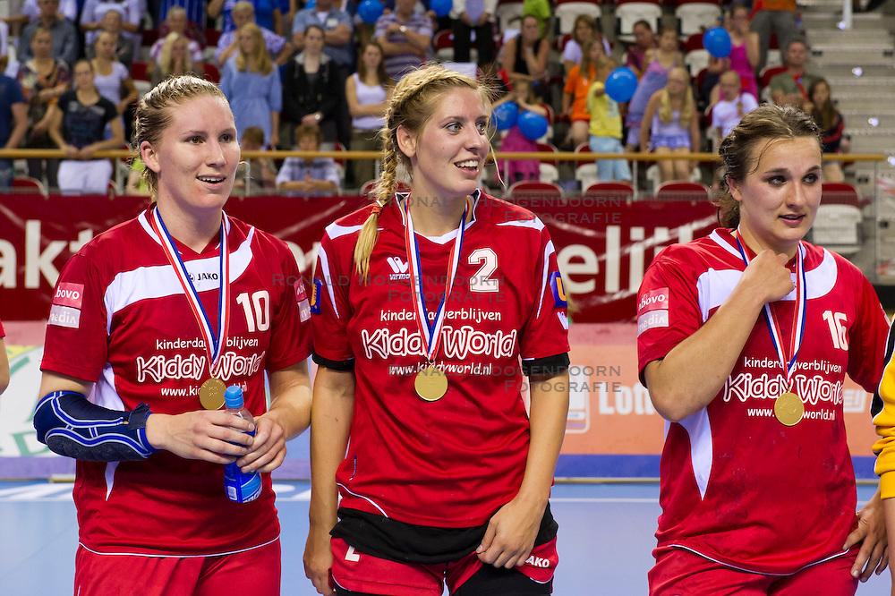 02-06-2011 HANDBAL: BEKERFINALE QUINTUS - SEW: ALMERE<br /> (L-R) Linda Kamp, Maike Bouwer, Roxanne Bovenberg zijn blij met de overwinning in de bekerfinale<br /> ©2011-FotoHoogendoorn.nl / Peter Schalk