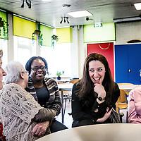 Nederland, Rotterdam, 31 maart 2016.<br /> Leyla Cakir, sociaal werker en voorzitster van Al Nisa.<br /> Op de foto: Leyla in gesprek met enkele alleenstaande oude buurtbewoners in Rotterdam Zuid.<br /> Al Nisa ('de vrouwen') is een vrijwilligersorganisatie voor moslimvrouwen en kinderen en voor vrouwen met interesse voor de islam.<br /> <br /> Foto: Jean-Pierre Jans