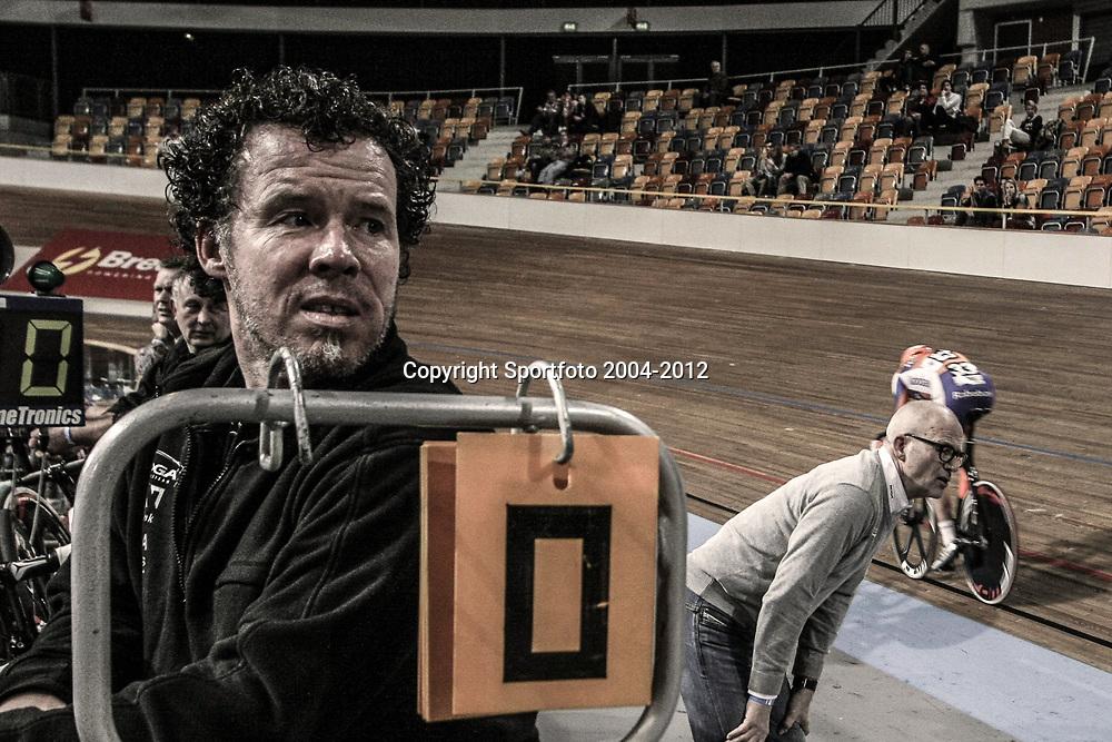 De mechanieker en de teammanager tijdens de puntenkoers