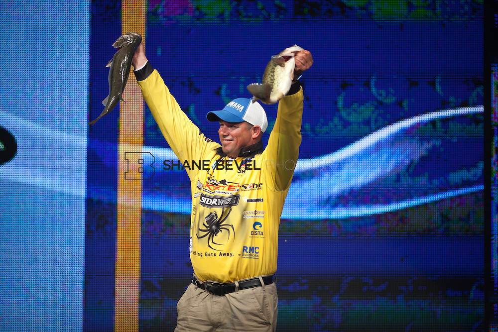 2/25/12 6:35:01 PM -- during the 2012 Bassmaster Classic on the Red River in Shreveport, La. ..Photo by Shane Bevel.Bobby Lane weighs in