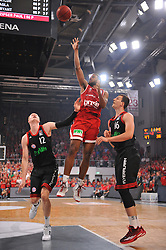 21.06.2015, Brose Arena, Bamberg, GER, Beko Basketball BL, Brose Baskets Bamberg vs FC Bayern Muenchen, Playoffs, Finale, 5. Spiel, im Bild Bradley Wanamaker (Brose Baskets Bamberg / Mitte) beim Korbwurf. Mit im Bild (v.l.n.r.): Robin Benzing (FC Bayern Muenchen) und Paul Zipser (FC Bayern Muenchen) // during the Beko Basketball Bundes league Playoffs, final round, 5th match between Brose Baskets Bamberg and FC Bayern Muenchen at the Brose Arena in Bamberg, Germany on 2015/06/21. EXPA Pictures &copy; 2015, PhotoCredit: EXPA/ Eibner-Pressefoto/ Merz<br /> <br /> *****ATTENTION - OUT of GER*****